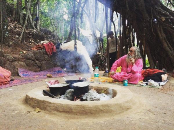 Баба под баньяном в Арамболе